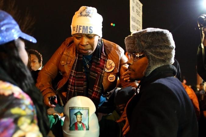 Мать убитого 18-летнего подростка Майкла Брауна на демонстрации в Фергюсоне, США, 24 ноября, 2014 год. Фото: Justin Sullivan/Getty Image