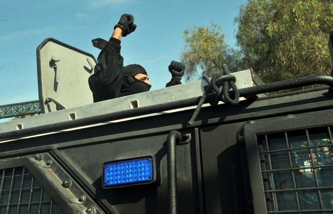 Сотрудник службы безопасности Туниса сообщает об освобождении заложников и убийстве двух боевиков, 17 марта, 2015 год. Фото: FETHI BELAID/AFP/Getty Images