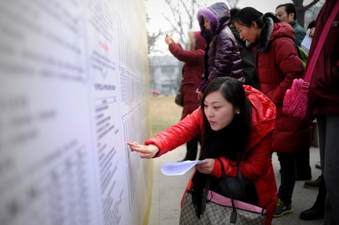 Студенты ищут номер аудитории перед вступительным экзаменом в университет, 4 января 2014 года, Пекин. Китайские студенты всё чаще покупают университетские работы как в материковом Китае, так и за рубежом. Фото: Wang Zhao/AFP/Getty Images