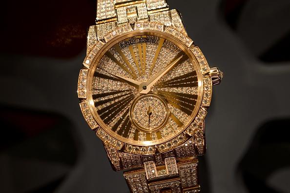 Один из самых обворожительных и почти забытых аксессуаров — это красивые наручные часы. Фото: Fabrice Coffrini/AFP/Getty Images