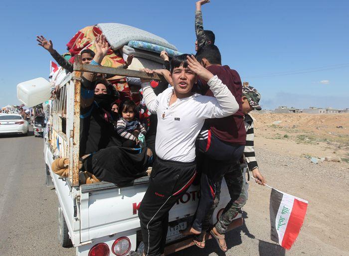 Мирные жители возвращаются в Аль-Алам. AHMAD AL-RUBAYE/AFP/Getty Images
