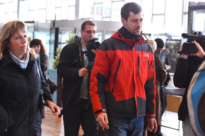 Родственники пассажиров самолёта авиакомпании Germanwings, разбившегося во французский Альпах, прибыли в Терминал 2 аэропорта El Prat в Барселоне. Фото: David Ramos/Getty Images