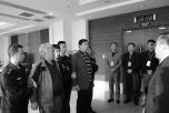 Полицейские держат Пань Шуньси (слева) и Ань Хуэйминя, которые были возвращены в Китай. Их обвиняют в коррупции. 28 марта 2015 года. Фото: скриншот/ccdi.gov.cn
