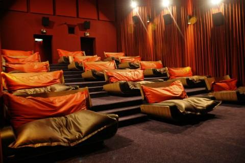 Шесть кинотеатров где можно смотреть фильмы лёжа на кровати