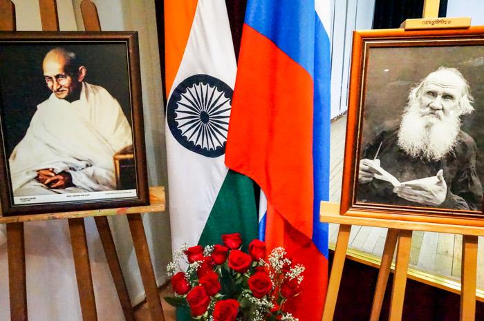 Выставка «Лев Толстой и Махатма Ганди: уникальное наследие» открылась в Посольстве Индии в Москве. Фото: Ульяна Ким/Великая Эпоха