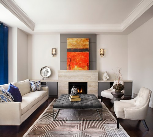 Камин в гостиной с тумбочками по сторонам. Фото: Lisa Petrole Photography, www.lisapetrole.com