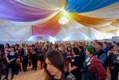 Внутри огромного шатра расположились стенды с проектами победителей «Культурной мозаики» — 2014. Фото: Ульяна Ким/Великая Эпоха