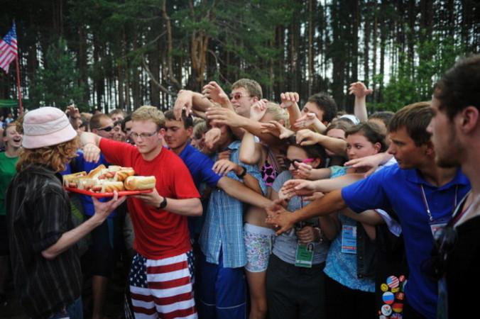 На форуме угощают хот-догами. Фото: DMITRY KOSTYUKOV/AFP/Getty Images
