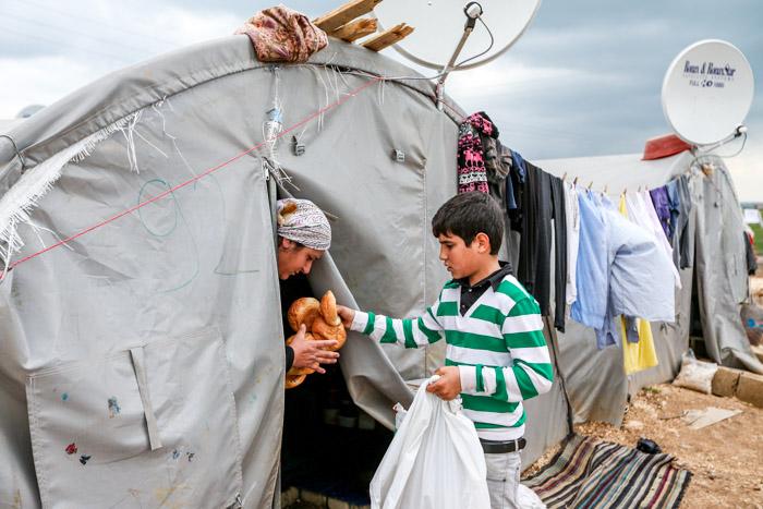 Толпы сирийских беженцев прибывают к турецкой границе