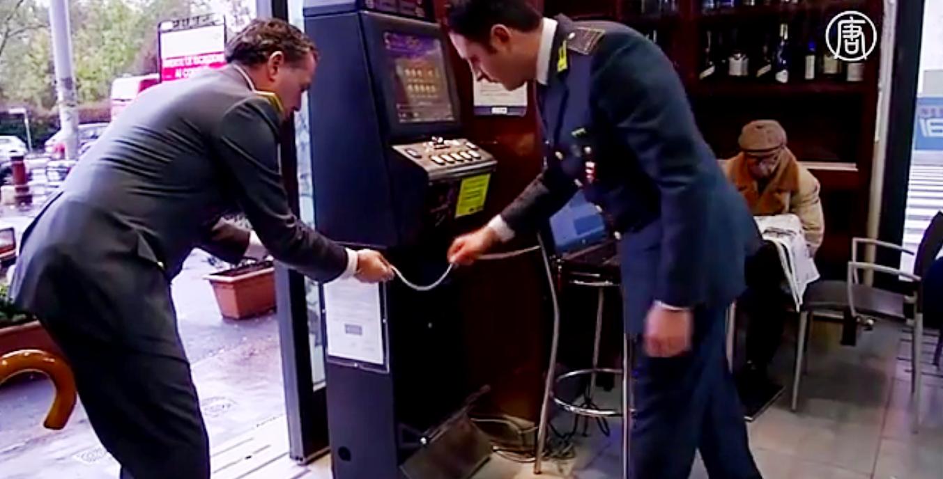 Полиция проверяет тысячи автоматов. Скриншот видео: Телеканал NTD