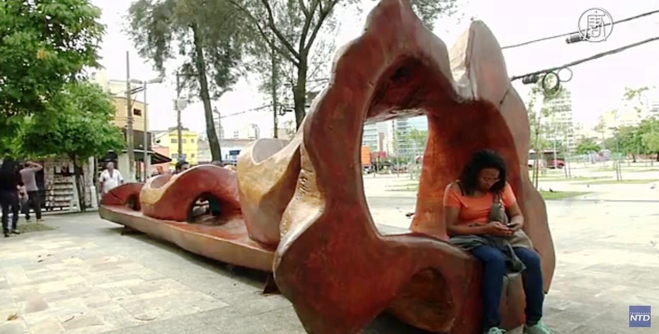 Стволы превращаются в причудливые скамейки. Скриншот видео: Телеканал NTD