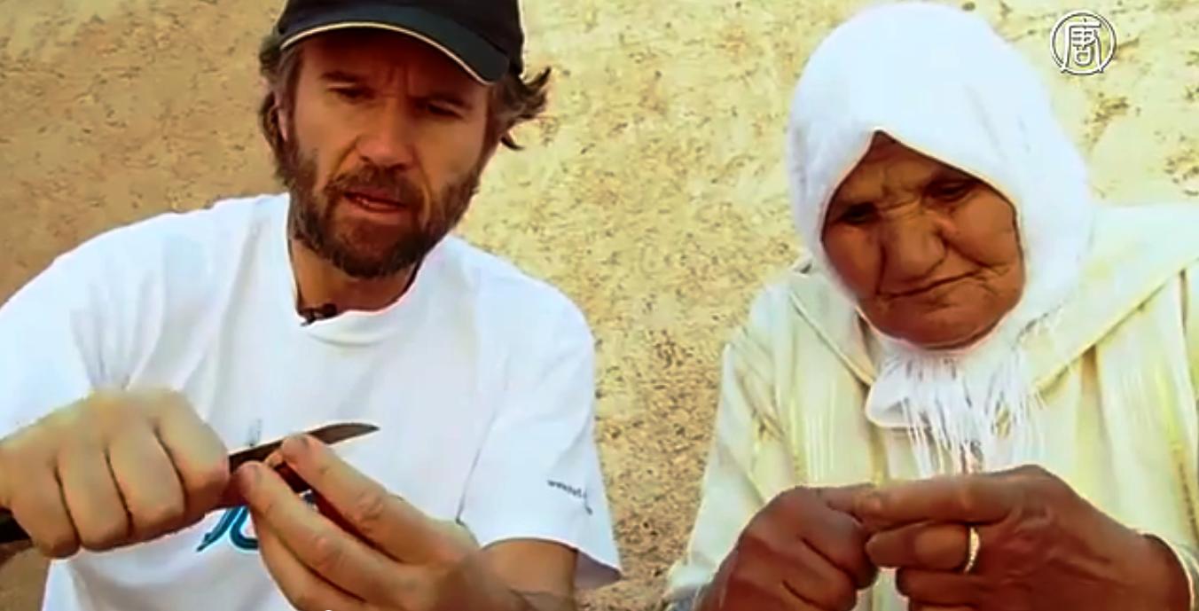 Шеф-повар Карло Кракко учится готовить у бабушки из Марокко. Скриншот видео: Телеканал NTD
