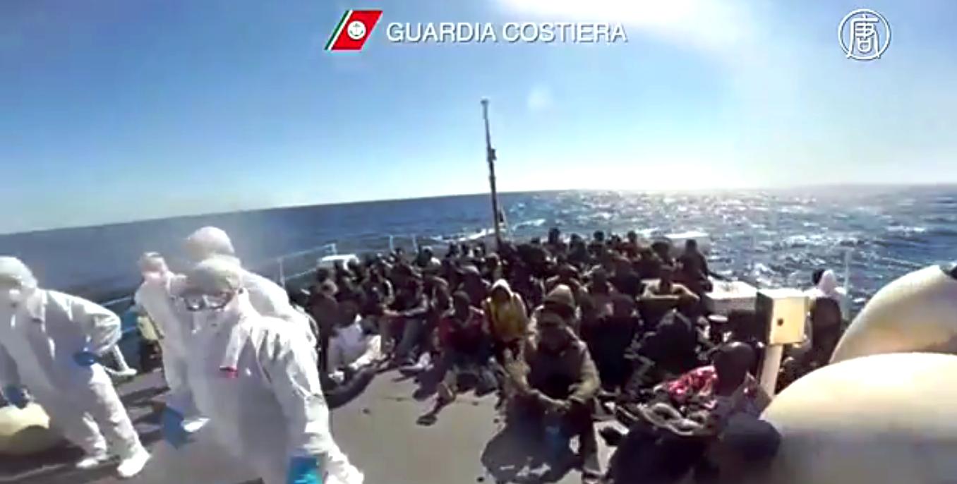В  2014 году по меньшей мере 218 тысяч мигрантов пересекли Средиземное море на лодках. Скриншот видео: Телеканал NTD