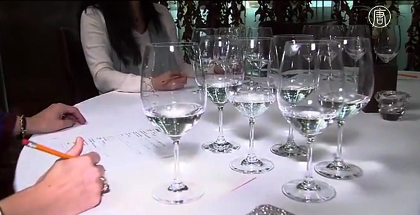 В США воду дегустируют как вино. Скриншот видео: Телеканал NTD