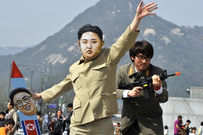 в маске Ким Чен Ына