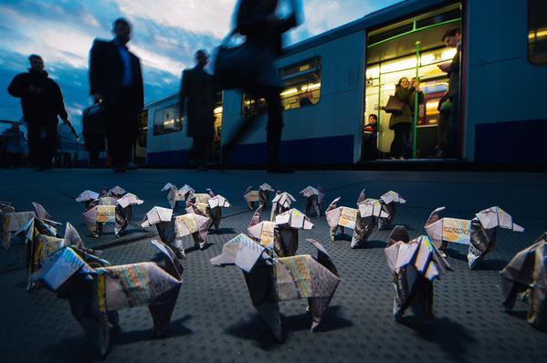 Великобритания, Лондон, акция, собаки-оригами