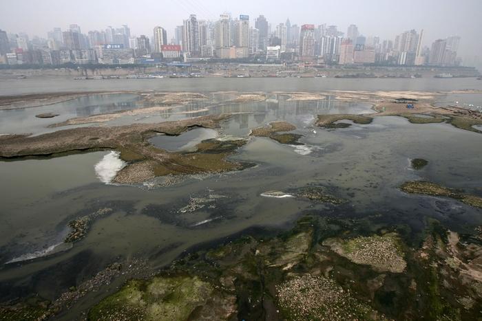 В Китае загрязнено большинство наземных и подземных рек. Фото: Getty Images