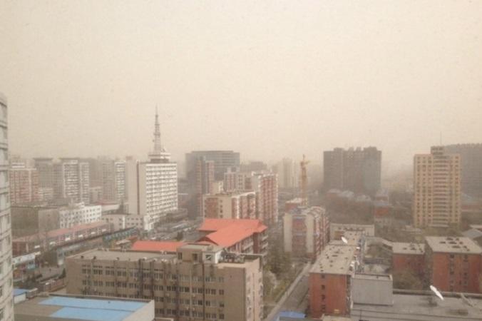 Сильнейшая в этом году песчаная буря обрушилась на Пекин 28 марта 2015 года. Фото: Weibo.com