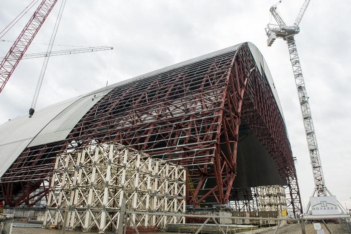 Возведение нового саркофага над реактором Чернобыльской АЭС. Фото: VOLODYMYR SHUVAYEV/AFP/Getty Images