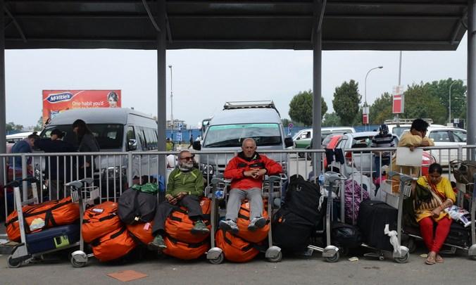 Туристы в аэропорту Непала ожидают эвакуации. Фото: PRAKASH MATHEMA/AFP/Getty Images