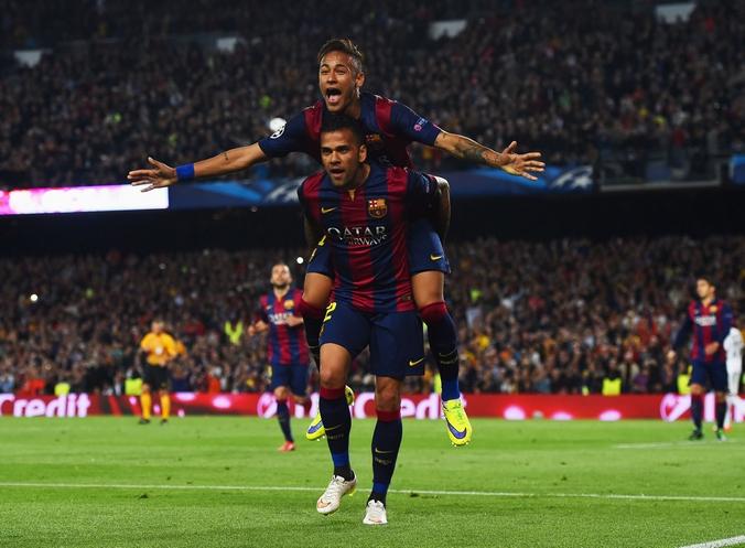 Неймар ликует с Даниэл Алвес (внизу) после второго забитого гола в матче между командами «Барселона» и «Пари Сен-Жермен», Испания, 21 апреля, 2015 год. Фото: David Ramos/Getty Images