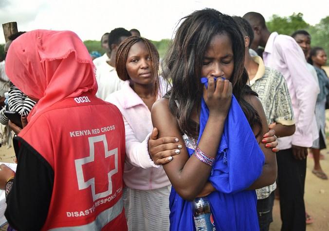 Освобождённые студенты-заложники университета в Кении. Фото: CARL DE SOUZA/AFP/Getty Images