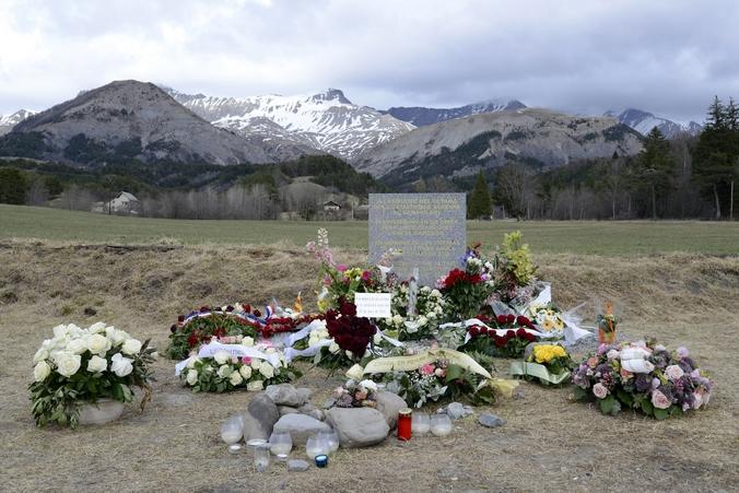 Стелла  в память погибших при крушении самолёта А320, Франция, 4 апреля, 2015 год. Фото: FRANCK PENNANT/AFP/Getty Images