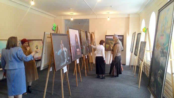 Гиды рассказывают посетителям о содержании картин. Фото: Великая Эпоха