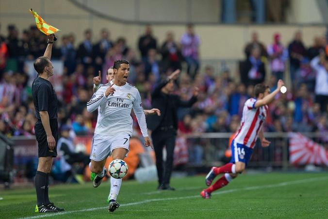 Матч между командами «Реал» и «Атлетико». Мяч ведёт игрок «Реала» Криштиану Роналду, Испания, 14 апреля 2015 года. Фото: Gonzalo Arroyo Moreno/Getty Images
