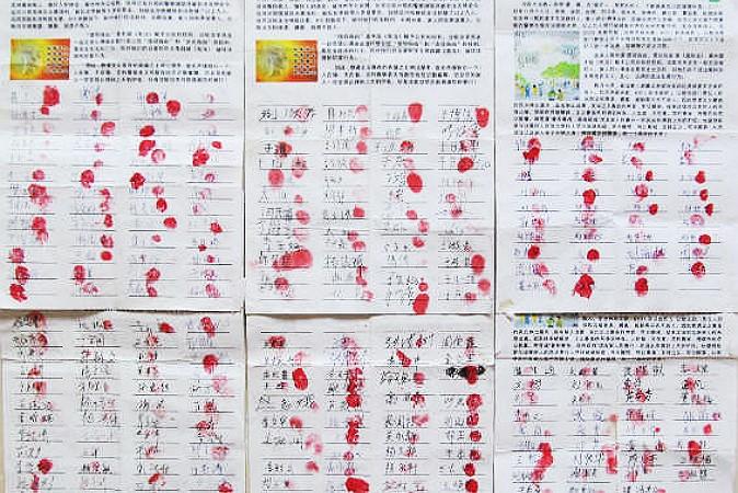 Подписи под петицией с призывом освободить задержанных последователей Фалуньгун. Фото: Minghui