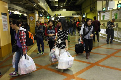 Китайцы с полными сумками товаров, закупленных в Гонконге, на станции Sheung Shui 12 апреля 2015 г. Фото: Epoch Times