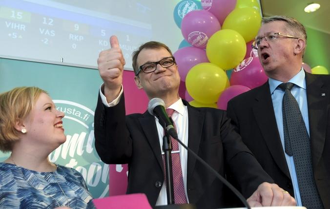Представители оппозиционной партии «Центр» празднуют свою победу на парламентских выборах в Финляндии, 19 апреля. 2014 год. Фото: MARKKU ULANDER/AFP/Getty Images