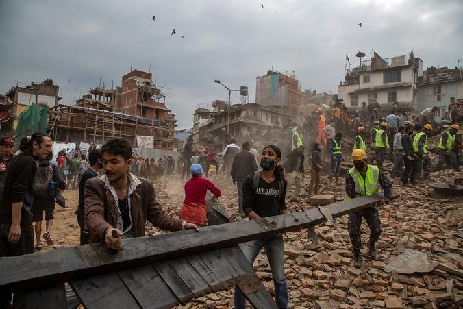 Поиски спасателями выживших под обломками зданий после землетрясения, Непал, 25 апреля, 2015 год. Фото: Omar Havana/Getty Images
