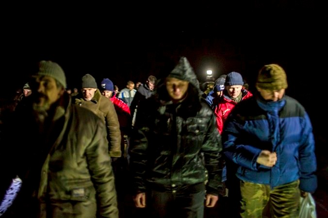 Украинские военнопленные, привезённые ополченцами на обмен. Фото: Brendan Hoffman/Getty Images