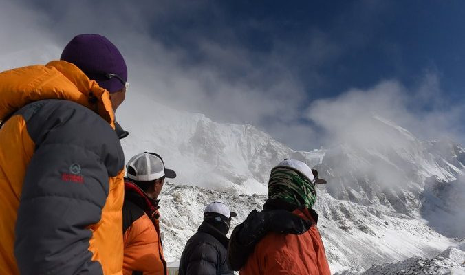 Альпинисты засняли сход лавины на Эвересте (видео)
