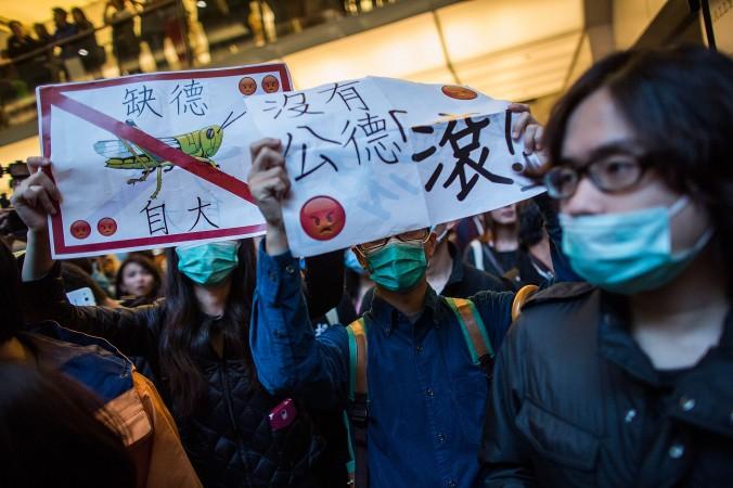 Сотни гонконгцев протестуют против перекупщиков из Китая в районе Шатин, Гонконг, 15 февраля 2015 г. Фото: Lam Yik Fei/Getty Images