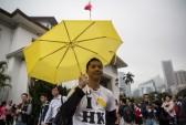 Демонстрант держит жёлтый зонтик, символ «Зонтичного движения», у правительственного здания в Гонконге, 15 марта 2015 г. Фото: ANTHONY WALLACE/AFP/Getty Images