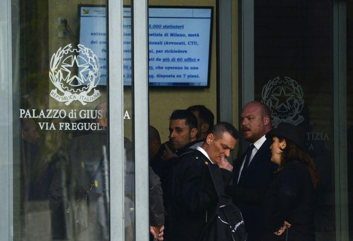 Люди стоят на входе в миланский суд 9 апреля 2015 года. Фото: ALBERTO PIZZOLI/AFP/Getty Images
