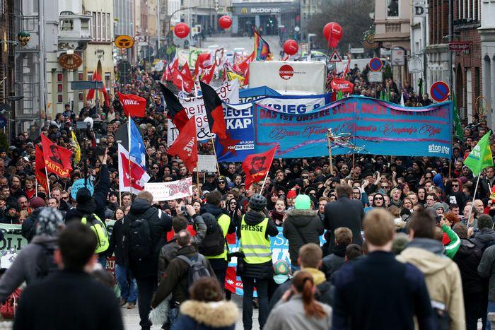 Марш противников встречи министров G7 в Любеке, Германия, 14 апреля 2015 года. Фото: CHRISTIAN CHARISIUS/AFP/Getty Images
