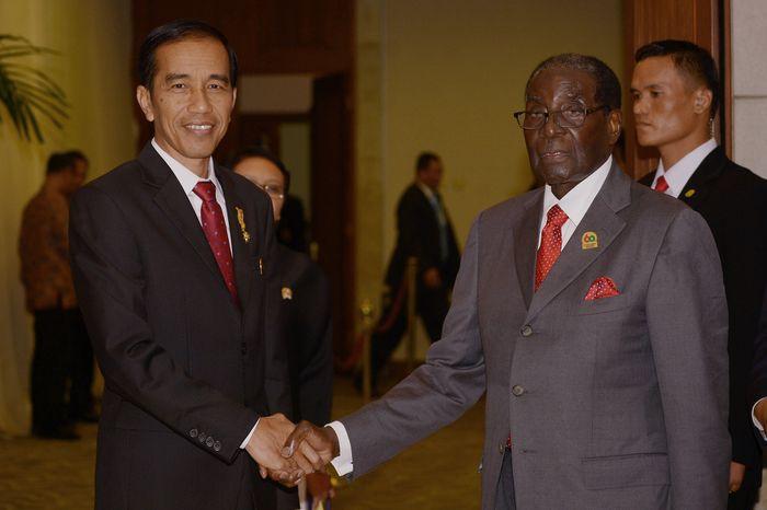 Президент Индонезии Джоко Видодо приветствует президента Зимбабве Роберта Мугабе на саммите стран Азии и Африки, 23 апреля 2015 года. Фото: ADEK BERRY/AFP/Getty Images