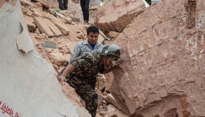 Мужчина выжил после четырёх дней под завалами в Катманду (видео)