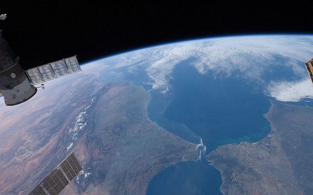 Американские астронавты сняли видео в открытом космосе