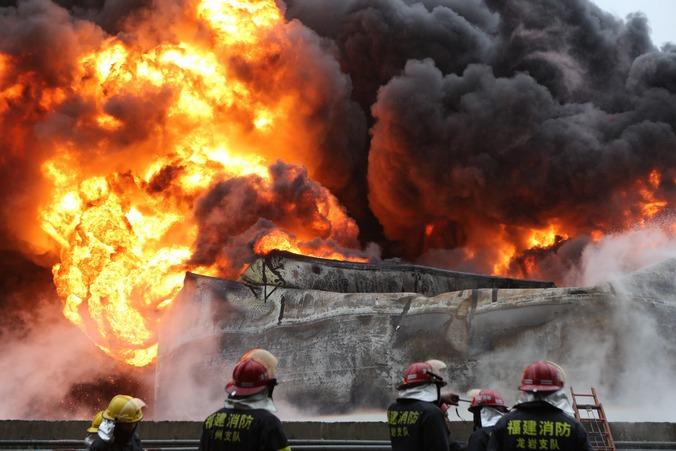 Пожар на нефтехимическом предприятии в Чжанчжоу, Китай, 7 апреля, 2015 года. Фото: ChinaFotoPress/Getty Images