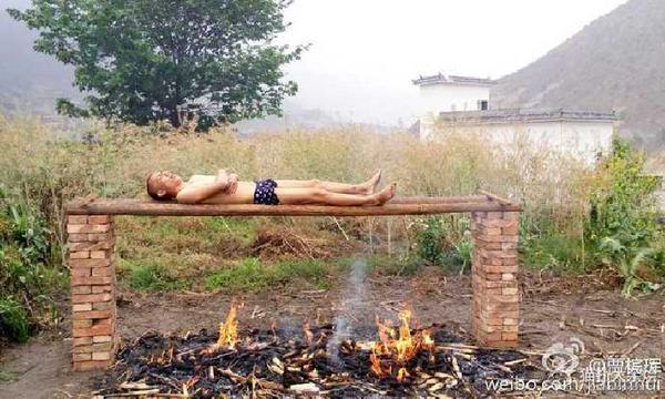 Житель Китая поджаривать себя над горящими углями, потому что не может оплатить дорогостоящее лечение лейкемии.