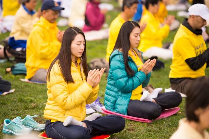 Женщина выполняет медитацию Фалуньгун в Сан-Франциско 15 октября 2014 года. Фото: Dai Bing/Epoch Times