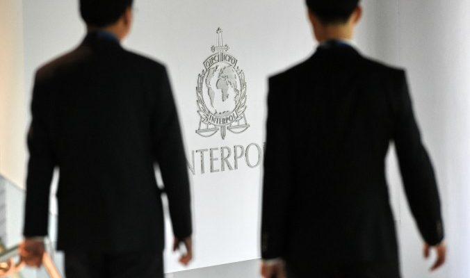 Китай попросил Интерпол найти 100 беглых чиновников