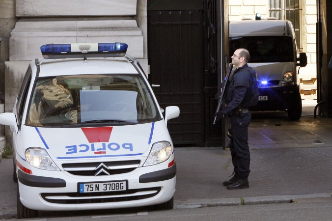 Офицер полиции рядом с полицейской машиной, 27 апреля 2010 г. Фото: Thomas Samson/AFP/Getty Image