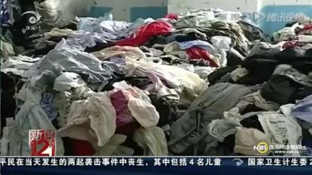 Скриншот из новостей телеканала 121 города Чжухай. В кадре тонны одежды, которая была собрана на зарубежных свалках и в больничных моргах. Фото: Screenshot/Epoch Times