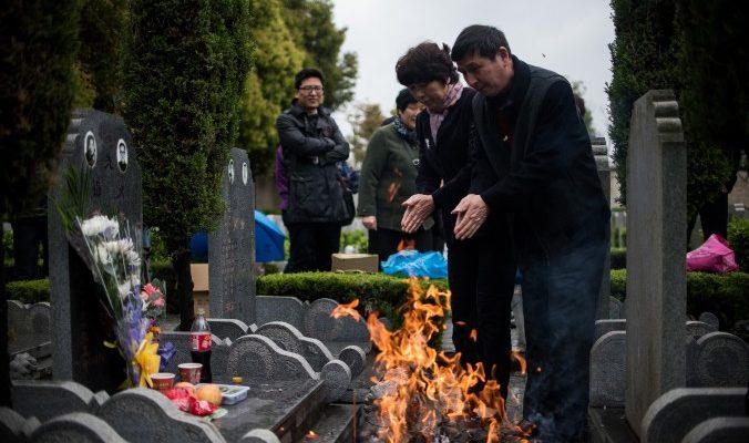 За $16 в Китае можно нанять плакальщиков на могилу предков