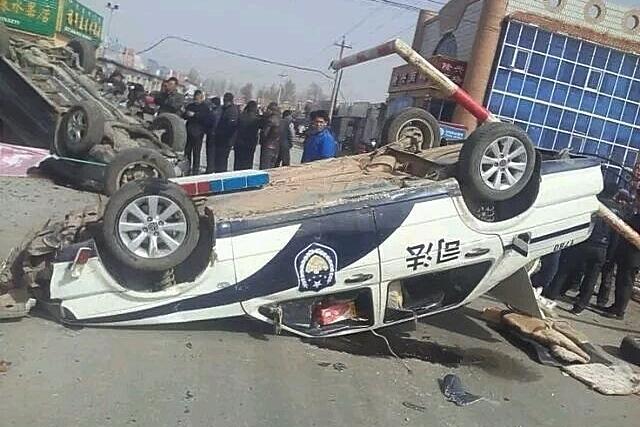 Участники протестов против загрязнения окружающей среды разбили несколько автомобилей чиновников и полиции. Внутренняя Монголия. Апрель 2015 года. Фото с epochtimes.com